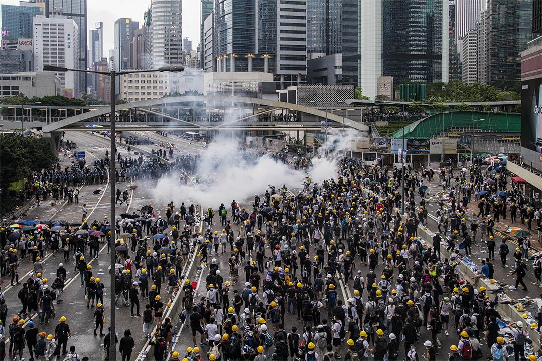 2019年6月12日,警察在金鐘夏慤道施放催淚彈。