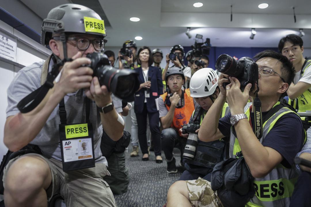 2019年6月13日,警務處處長盧偉聰召開記者會,有記者響應記協呼籲,穿戴頭盔、反光衣、眼罩等裝備出席記招,以示抗議。 攝:Stanley Leung/端傳媒