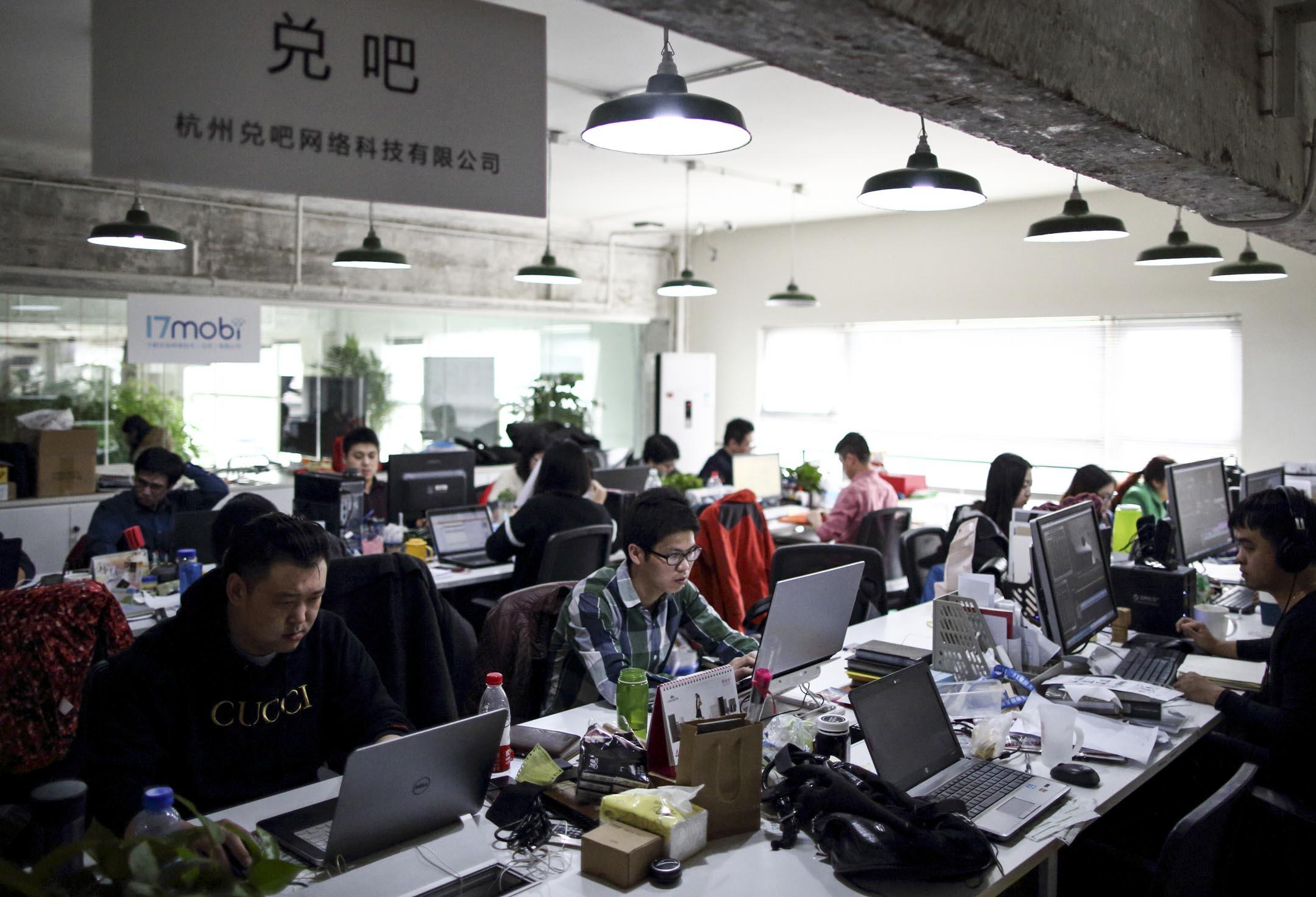 在中國大陸,互聯網是唯一一個號稱工資漲幅跑過房價的行業。但2018年冬天開始,業內接連爆出裁員消息,波及範圍之廣,眾多互聯網巨頭也難逃一劫。 攝:Tomohiro Ohsumi/Bloomberg via Getty Images
