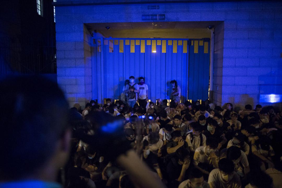 04:04,警方指相信他們參與非法集會,保留日後追究權利。