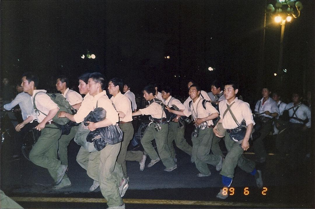 北京學生在晚上奔跑。
