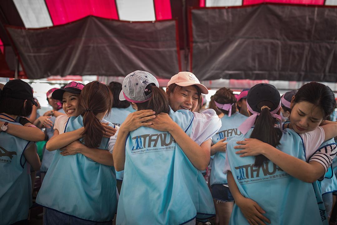 2019年6月27日,長榮空服員在互相擁抱打氣。