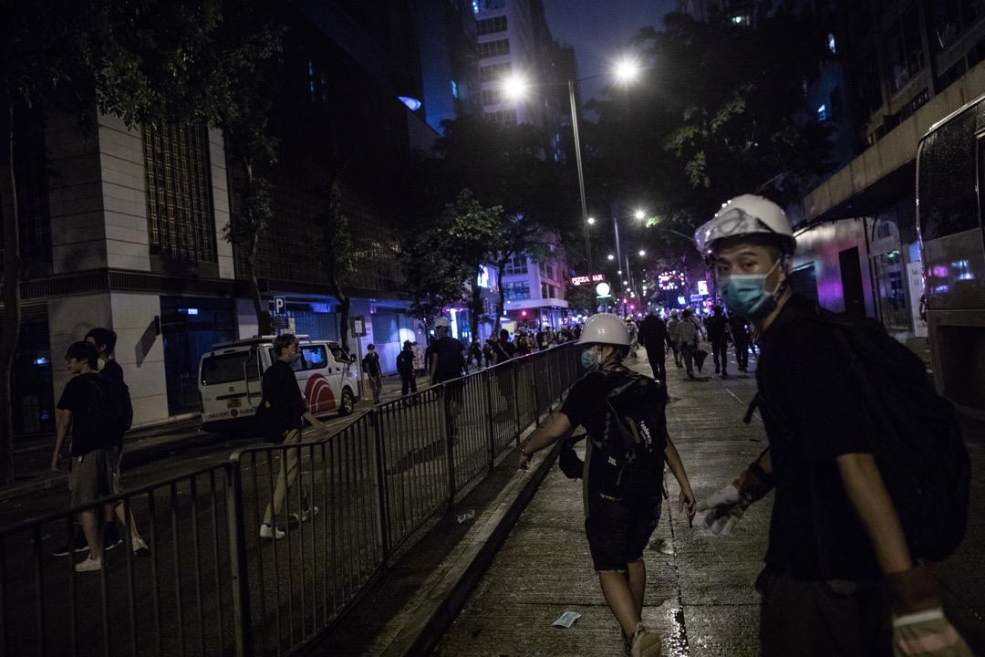 六月的風暴仿佛讓「左膠vs.勇武」這對雨傘運動遺留下來的冤家,在一夜之間變成了陳舊的話題。圖為2019年6月27日,示威者在參與由民陣發起的集會後,自發到警察總部進行包圍行動。