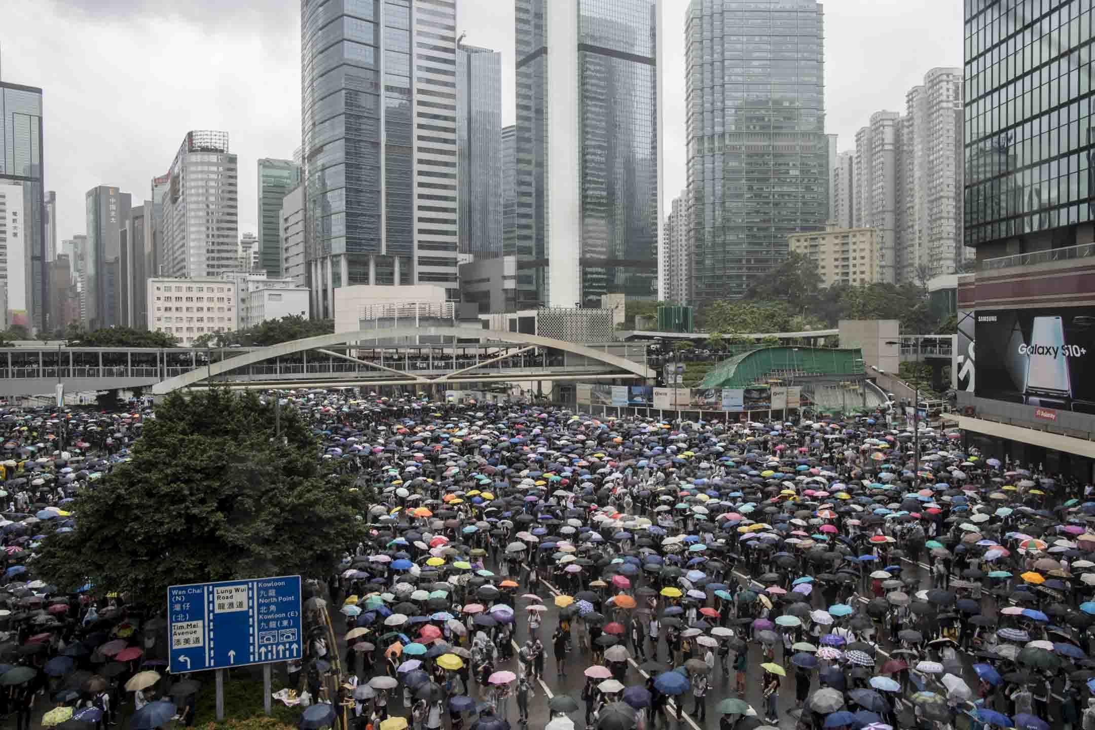 2019年6月12日,示威者佔領金鐘夏慤道,期間下雨,示威者舉起雨傘。