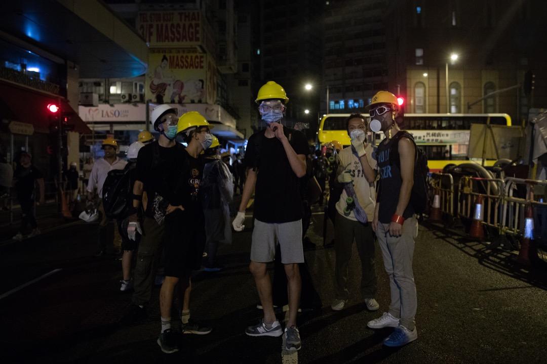 2019年6月27日,香港示威者夜圍警察總部,後被沖散。 攝:Stanley Leung/端傳媒