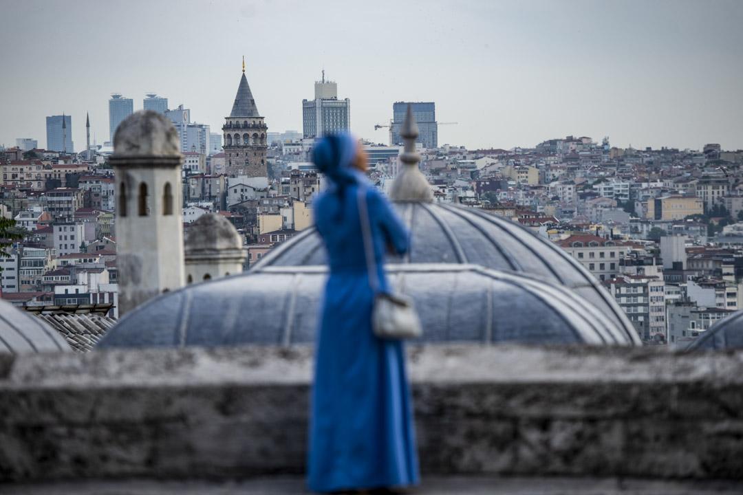 2019年6月4日,土耳其伊斯坦布爾,一名穆斯林女人在開齋節祈禱後,來到了蘇萊曼清真寺的屋頂。