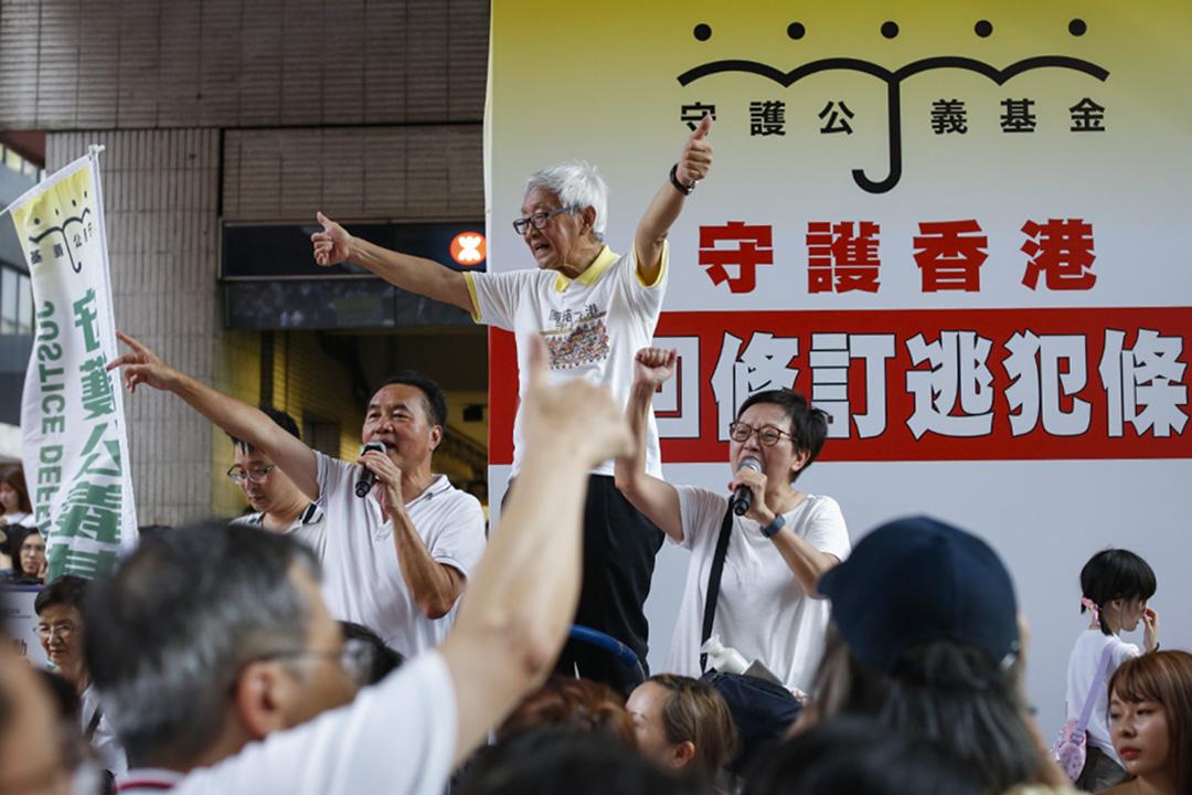 2019年6月9日,民間人權陣線發起「反送中」遊行,陳日君在遊行途上向遊行人士揮手致意。