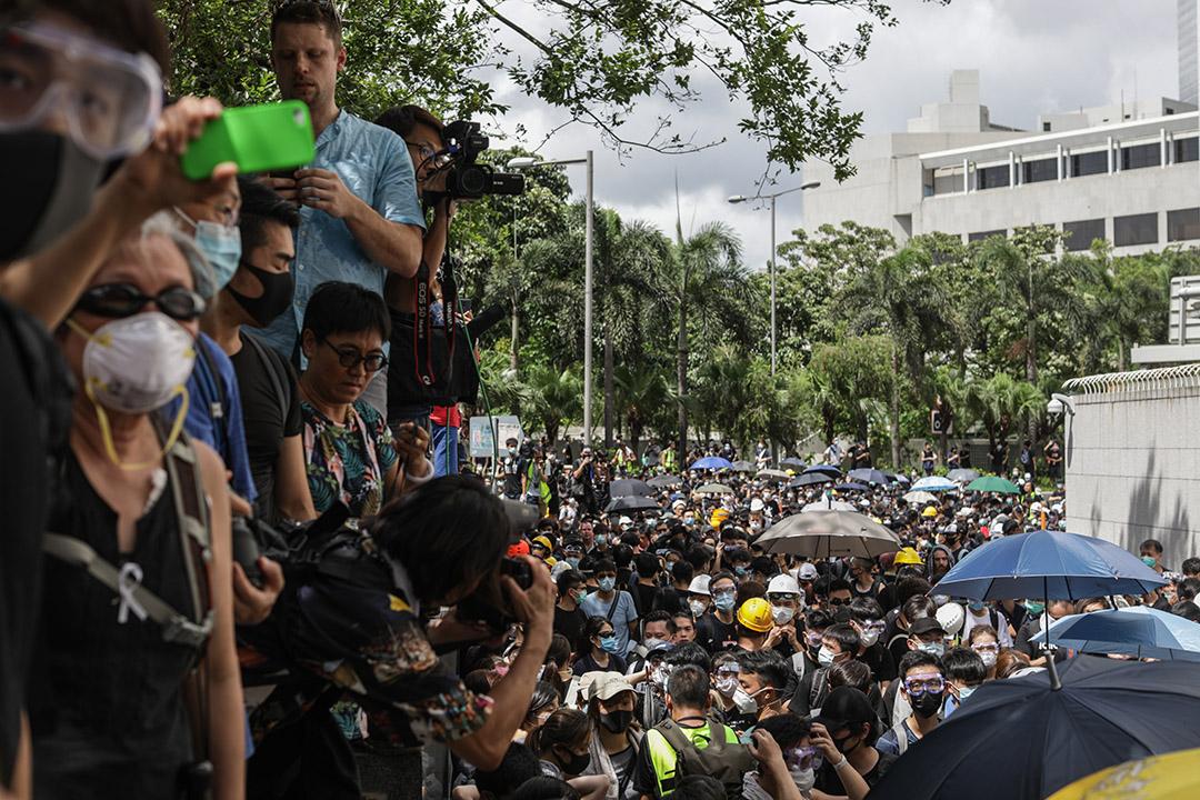 6月21日,香港大專學界發起不合作運動,位於灣仔的警察總部被包圍,示威人士要求與警務處處長盧偉聰對話。 攝:Stanley Leung/端傳媒