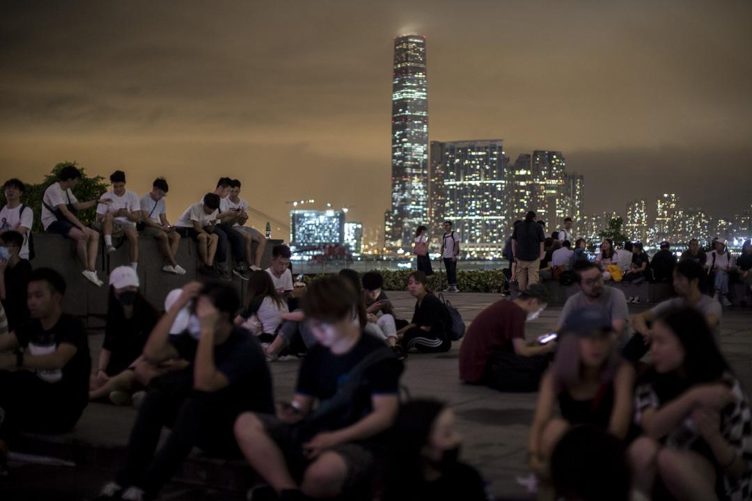 2019年6月11日晚上近十二時,不少年輕人坐在添馬公園,附近有大量警察戒備。