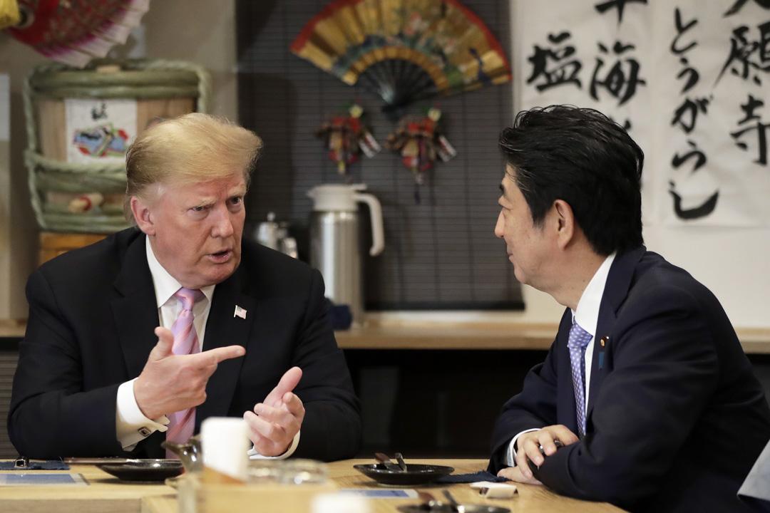 2019年5月26日晚上,美國總統特朗普訪日期間,日本首相安倍晉三在東京六本木一家日式料理店招待特朗普品嘗爐端燒。