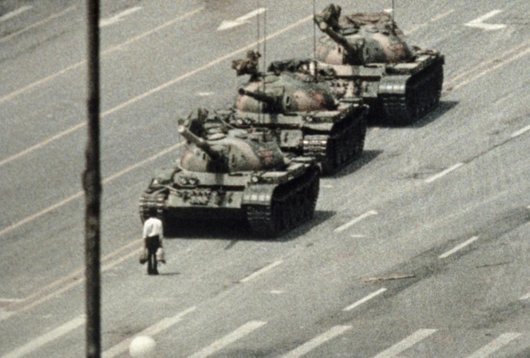1989年6月5日,王維林阻擋坦克行進的畫面普遍被認為是20世紀標誌性相片。 圖:Getty Images