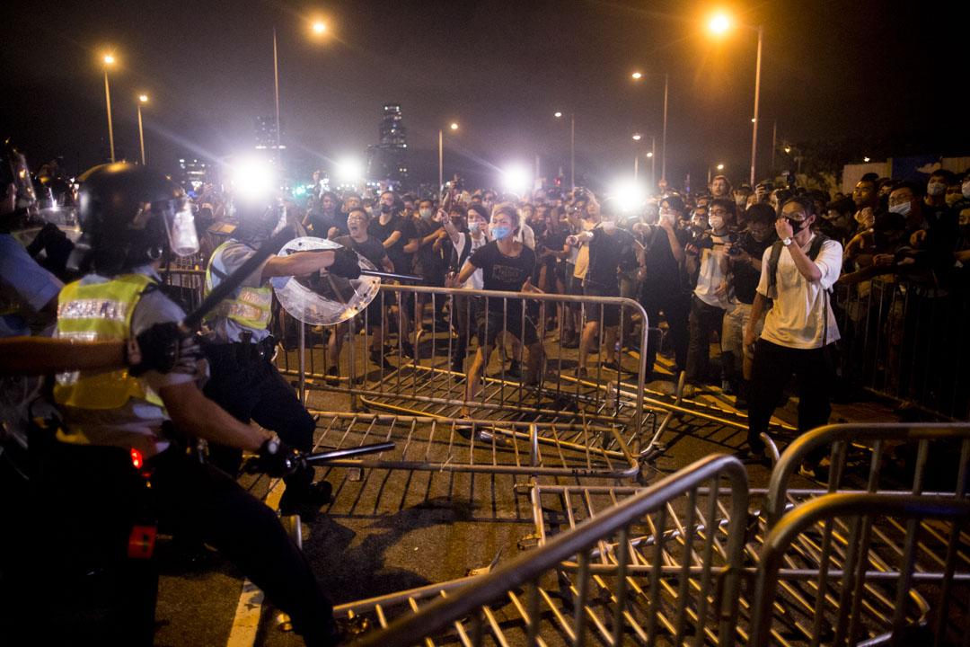 2019年6月10日凌晨約12時多,警察與示威者在立會外衝突。