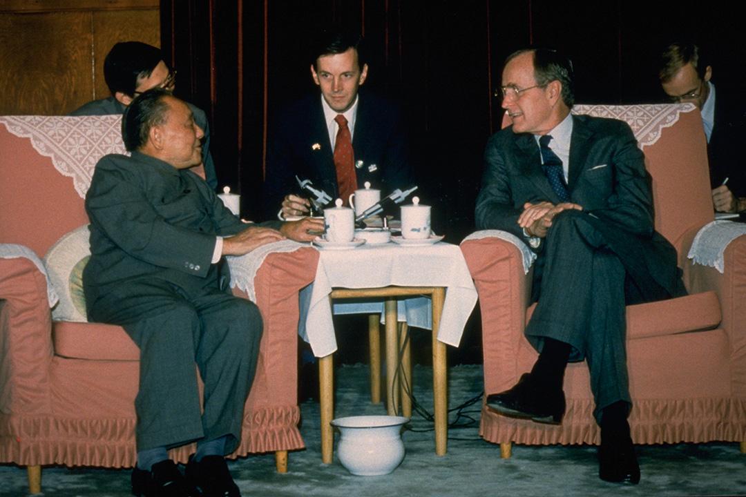 1989年1月1日,老布殊和鄧小平會面。