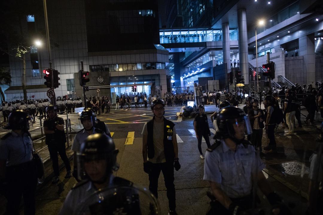 2019年6月27日凌晨,示威者發起包圍警察總部行動,到凌晨3時左右,在內的警員突圍而出,示威者被沖散。