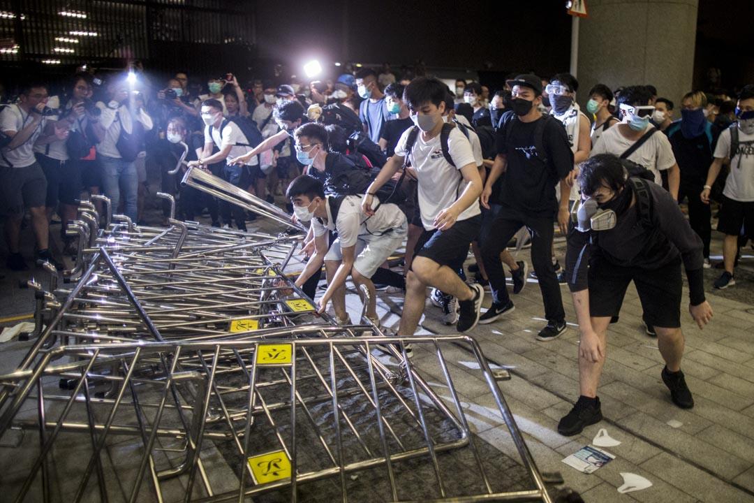 00:09,示威者將鐵馬置在前方作屏障。