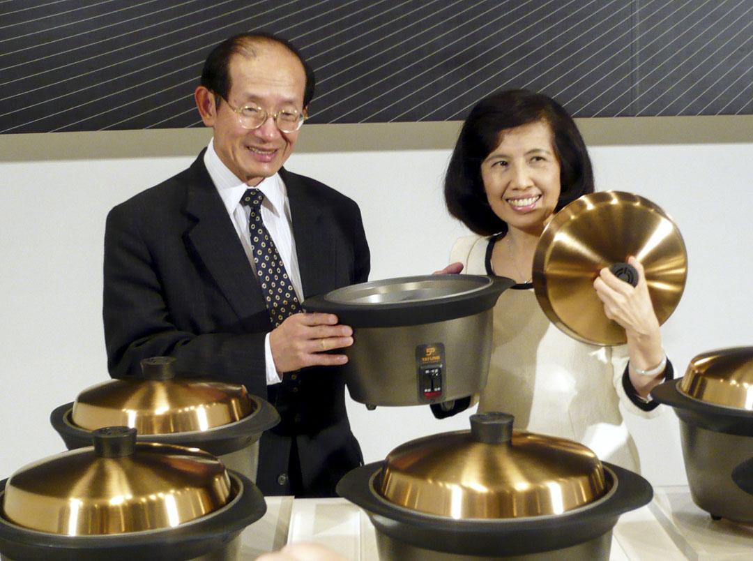 大同電鍋50歲周年特別推出金色鍋蓋的經典紀念機 種,大同董事長林蔚山與林郭文艷與產品合影。