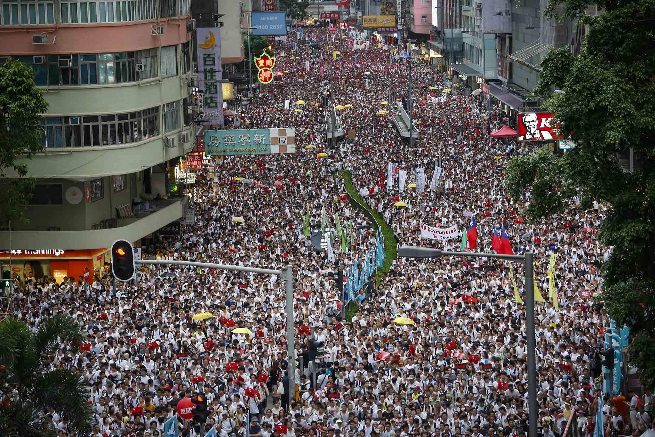 2019年6月9日,民間人權陣線發起「反送中」遊行,至傍晚仍有大批遊行人士在途中。