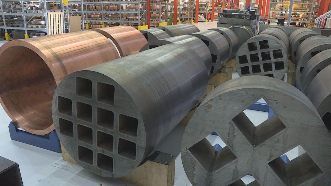 進入實驗室可以看到一個個長八公尺圓筒狀的紅色銅柱,還有一格格的鑄鋼。
