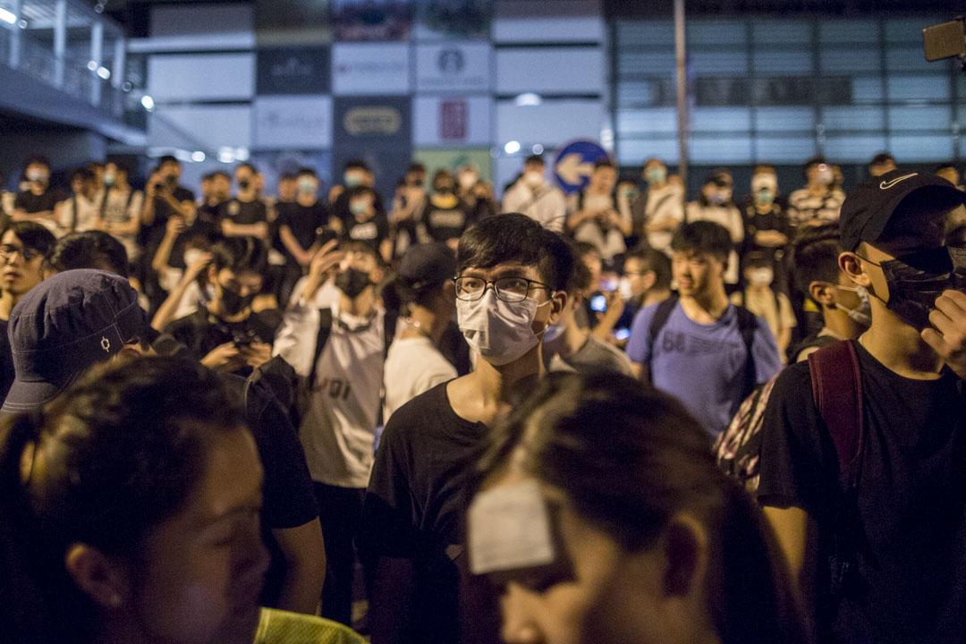2019年6月12日凌晨一時,警力仍然在增強中,大量群眾仍未散去,但氣氛平和。 攝:林振東/端傳媒