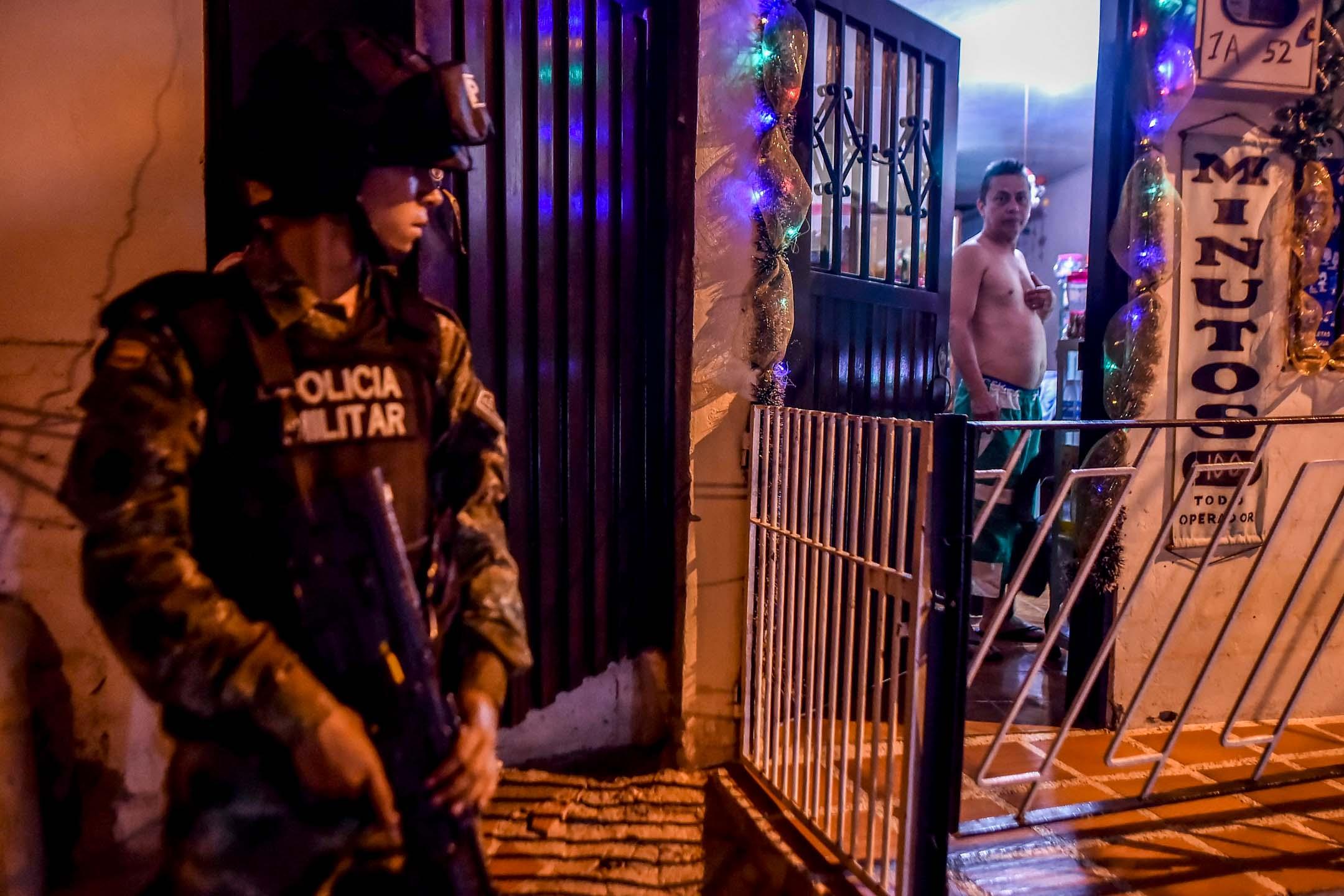 卡利(Santiago de Cali),哥倫比亞的第三大城市,也是世界上最兇殘的地方之一,有240萬人口的卡利,每10萬人中(每年)就大約有40人被殺。圖為2017年12月13日,一名哥倫比亞士兵在卡利巡邏。 攝:Luis Robayo/AFP/Getty Images