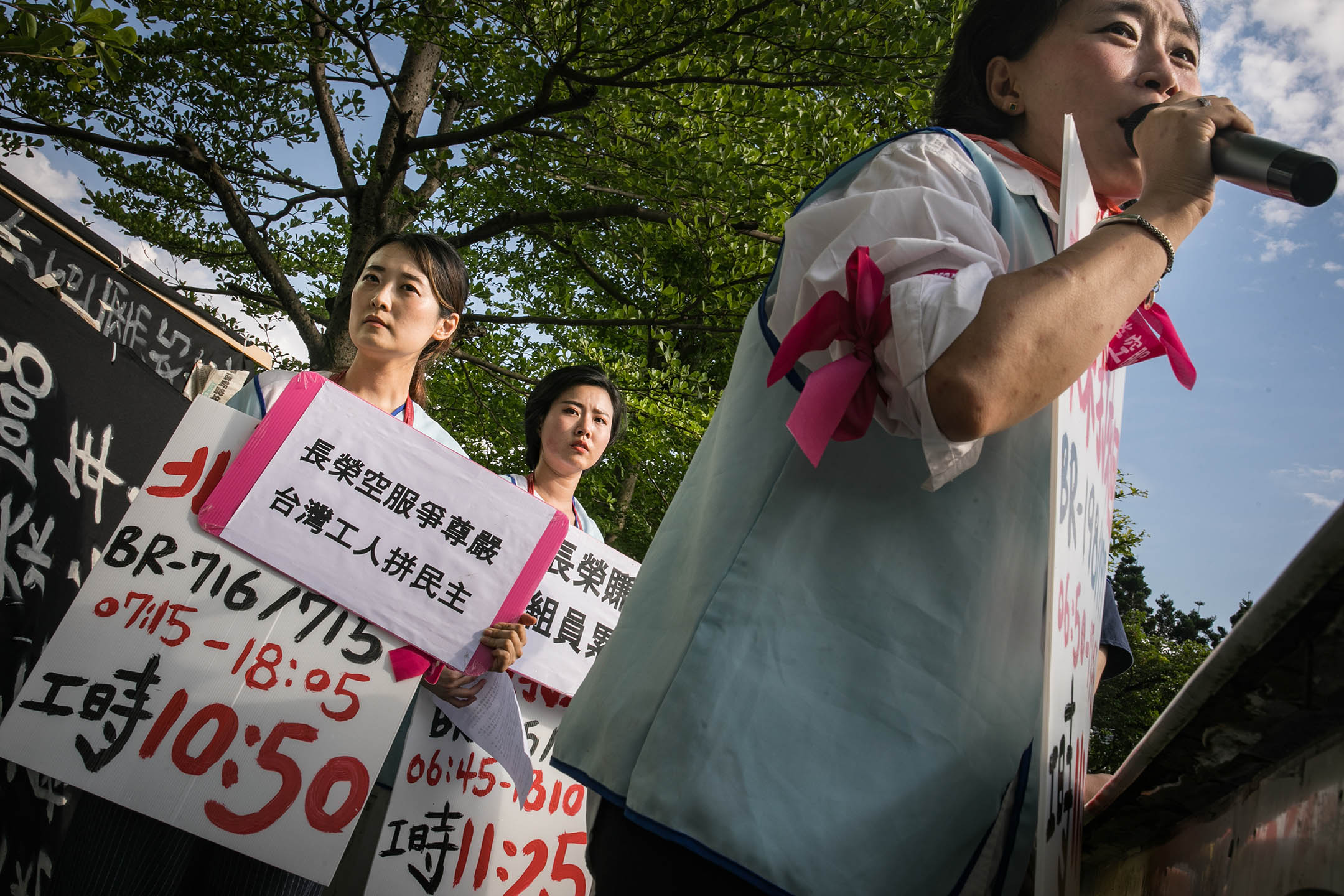 2019年6月4日凌晨4時起,廖以勤與長榮空服員工會代表曲佳雲、黃君婷在脖子掛著代表空服員過勞航班的牌子,於張榮發基金會外站立。
