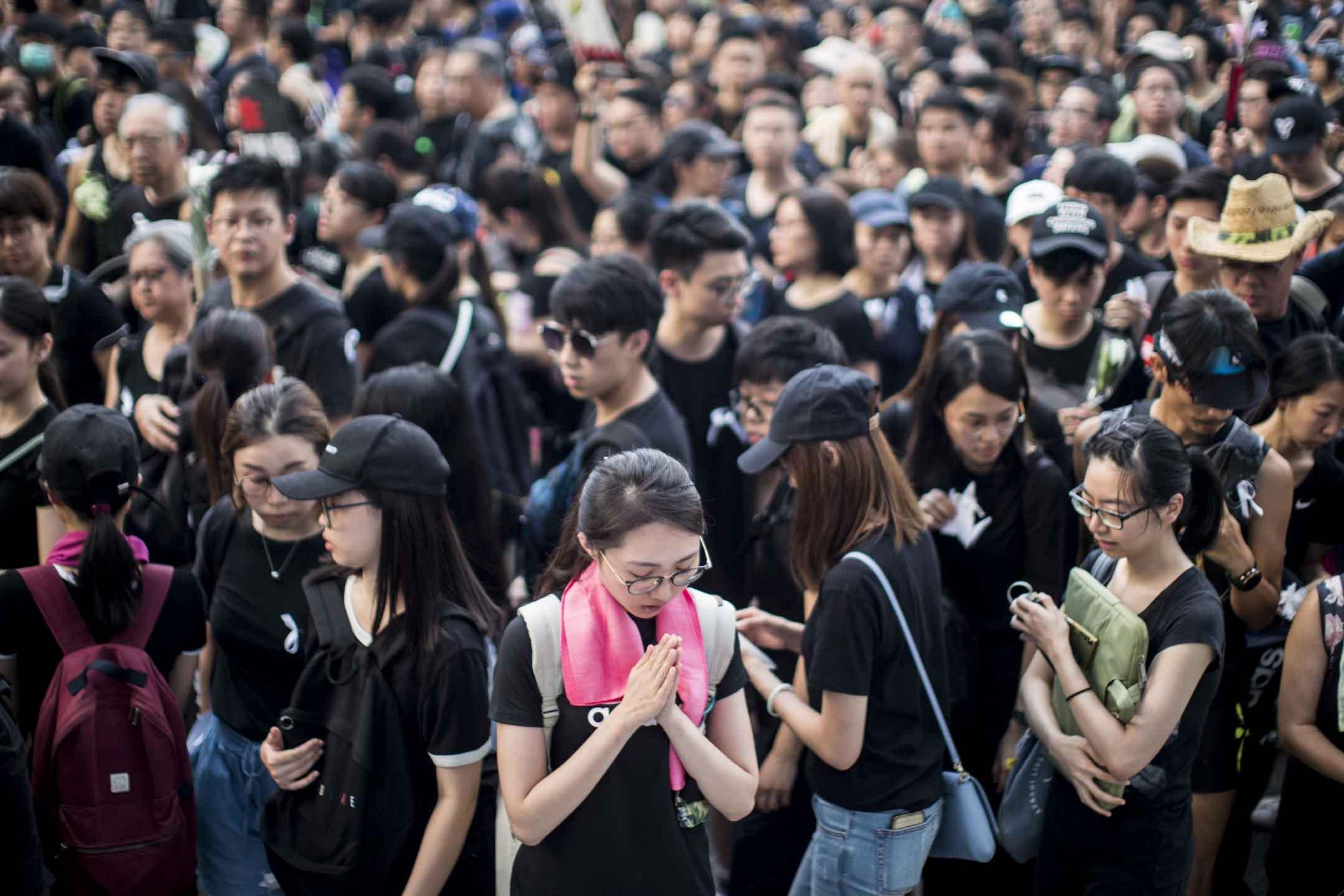 2019年6月16日,香港民陣發起第四次反對《逃犯條例》修訂大遊行,遊行期間,大批市民獻上白花,悼念前一日,於太古廣場平台抗議其後墮地不治的「黃衣人」 。