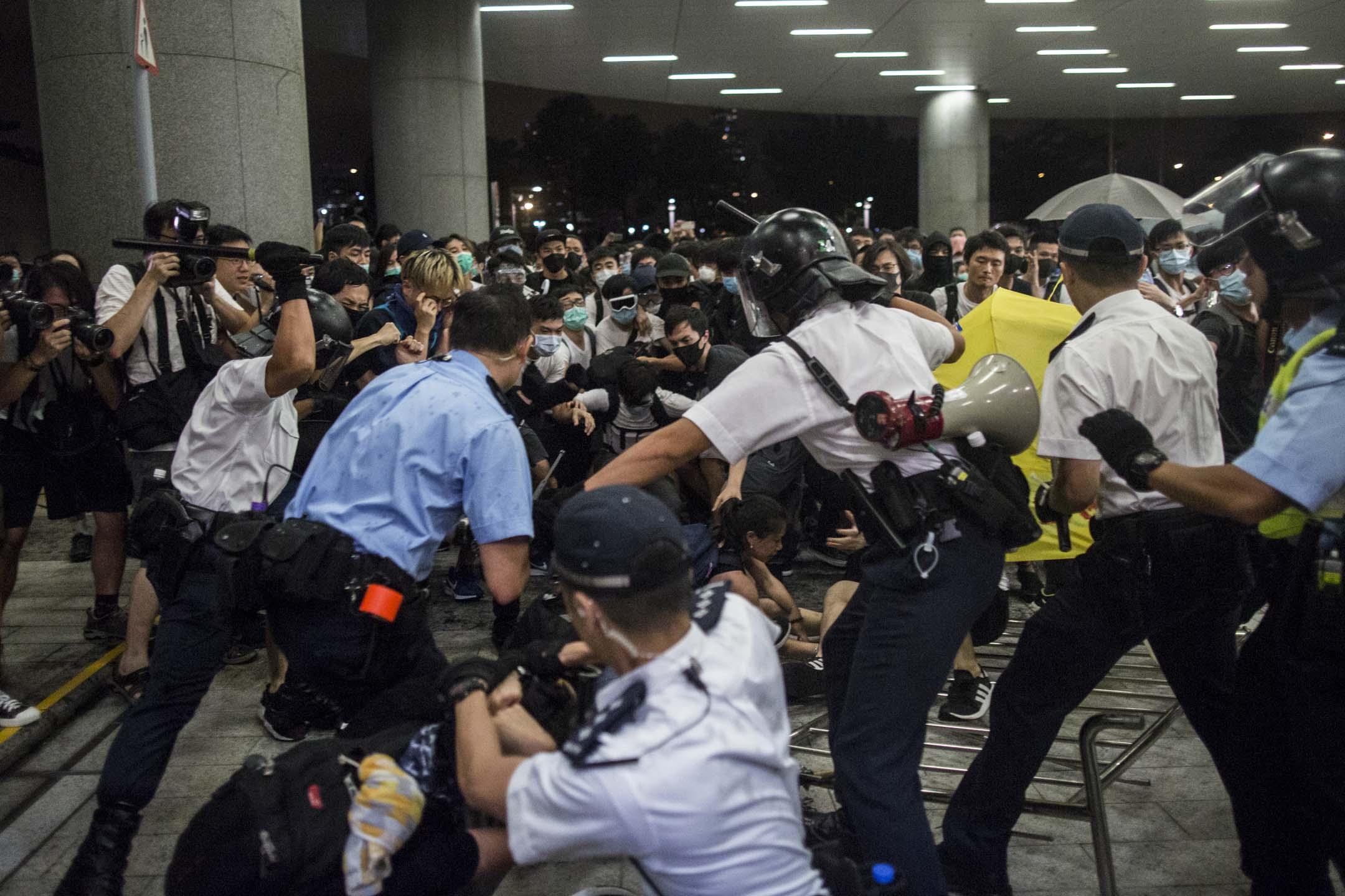 00:09,警察向示威者發出攻擊。 攝:林振東/端傳媒