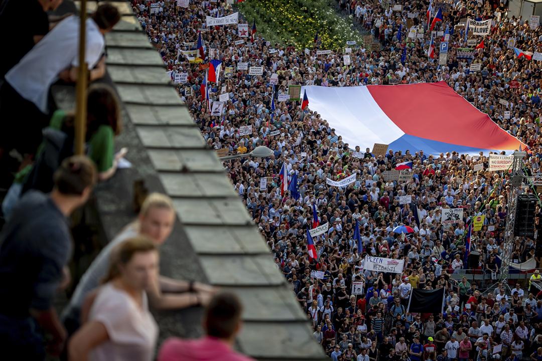 2019年6月4日在捷克首都布拉格,約12萬名民眾遊行示威,要求被指挪用歐盟補助、並企圖干預司法的總理巴比什(Andrej Babiš)下台。 攝:Lukas Kabon / Anadolu Agency / Getty Images