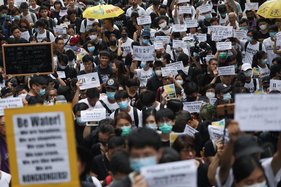 2019年6月26日,有網民發起馬拉松式請願行動,到參與G20峰會的各國駐港領事館遞信請願。 攝:Stanley Leung/端傳媒