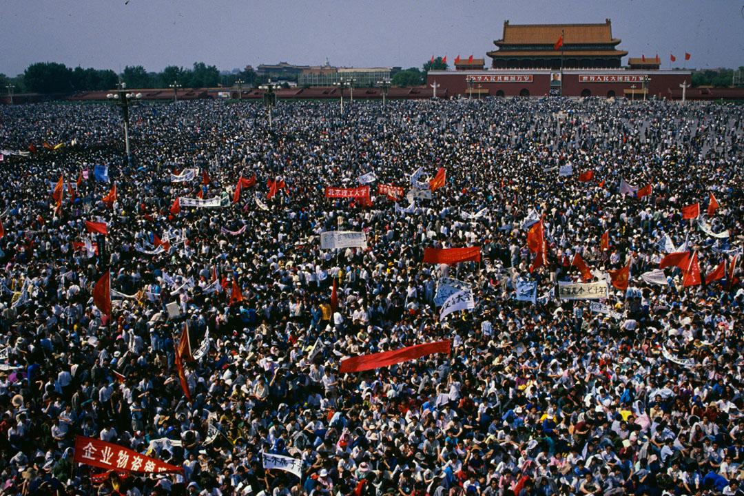 1989年5月4日,一群學生抗議者聚集在天安門廣場。