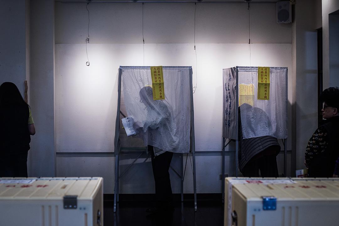 2018年11月24日,市民在台北的票站投票。 攝:陳焯煇/端傳媒