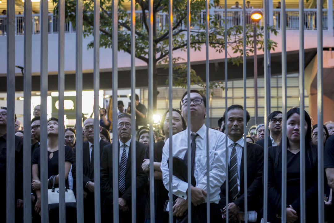 法律界遊行隊伍面向政府總部默站三分鐘,抗議政府修訂《逃犯條例》。