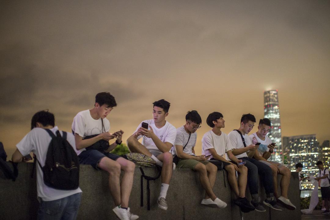 2019年6月11日晚上,不少年輕人坐在添馬公園,附近有大量警察戒備。