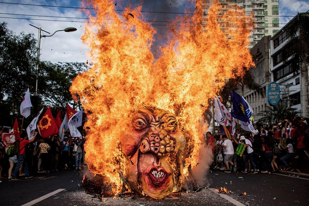 2018年11月30日,示威人士在美國駐馬尼拉大使館附近燒毀菲律賓總統杜特蒂的畫像。 攝:Noel Celis/AFP via Getty Images