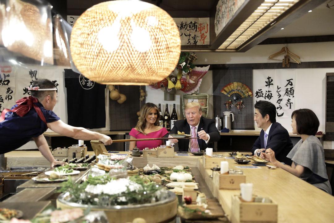2019年5月26日晚上,美國總統特朗普訪日期間,日本首相安倍晉三在東京六本木一家日式料理店招待特朗普品嘗爐端燒。 攝:Kiyoshi Ota - Pool/Getty Images