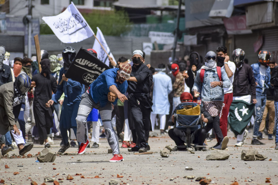 2019年6月5日,印度克什米爾,穆斯林於開齋節遊行後佔領街道,抗議印度政府的統治,被警方用催淚彈驅散。