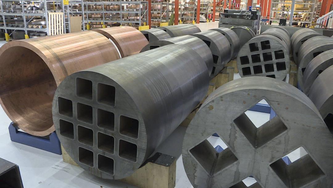 進入實驗室可以看到一個個長八公尺圓筒狀的紅色銅柱,還有一格格的鑄鋼。 攝影:賴振元