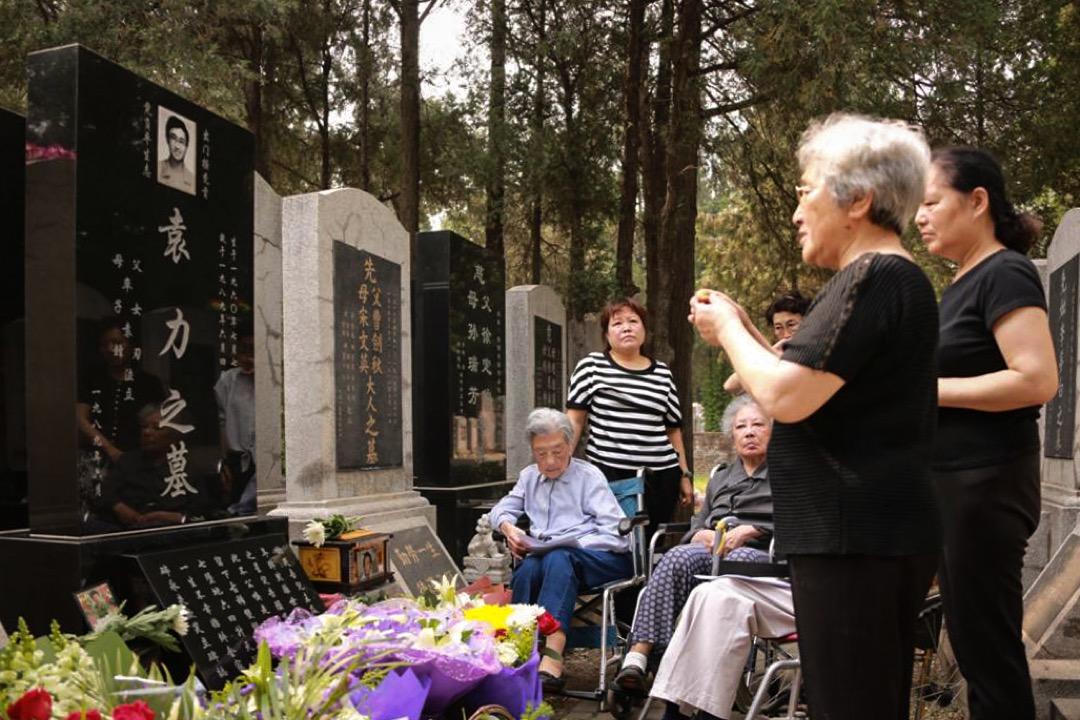 包括張先玲在內的天安門母親群體,到萬安公墓拜祭六四死難者。
