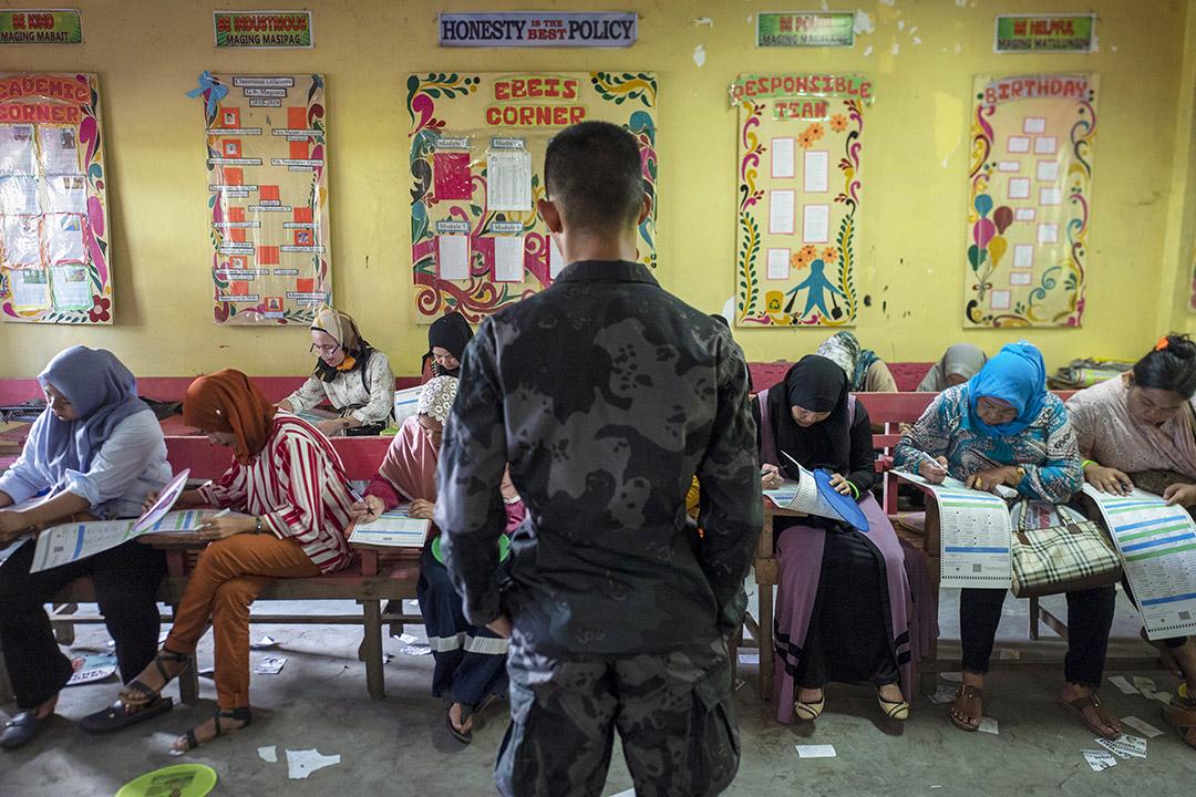 2019年5月13日,菲律賓中期選舉,士兵和當地警察看守著投票站。