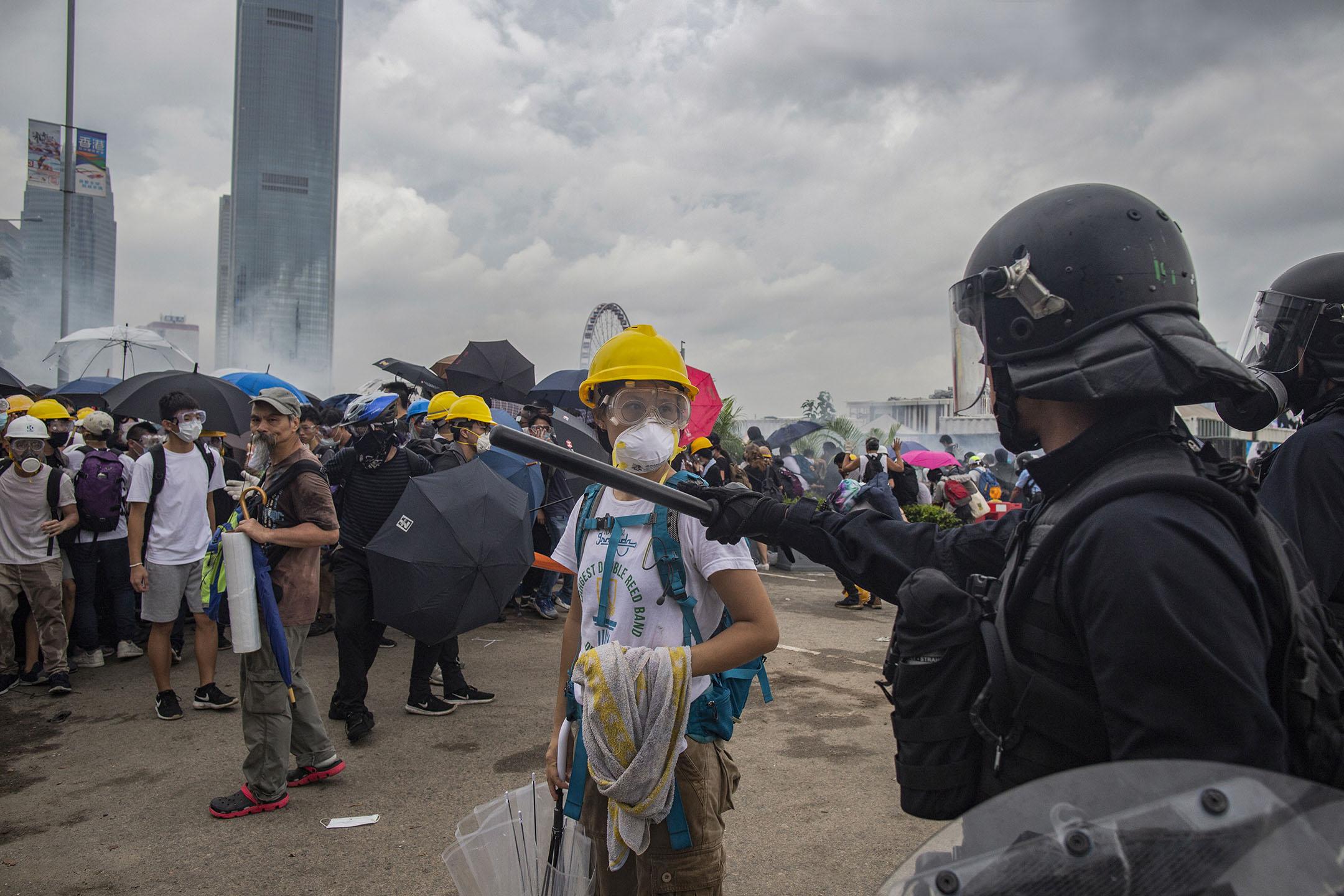2019年6月12日,一名示威者在龍和道清場中與警對峙。 攝:林振東/端傳媒