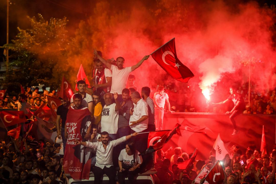 2019年6月23日晚,土耳其伊斯坦布爾,民眾慶祝反對黨「共和人民黨」(CHP)候選人伊馬姆奧盧(Ekrem Imamoglu)贏得市長選舉。 攝:Burak Kara/Getty Images
