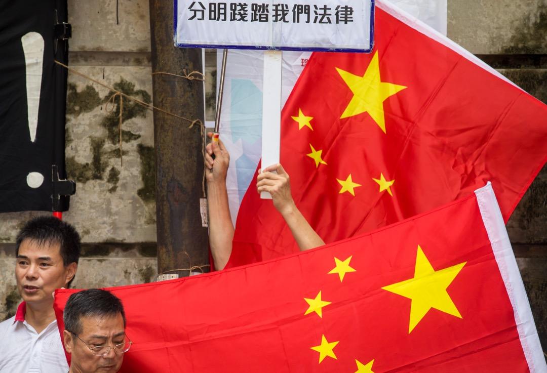 新聞年度圖片:《一班親中示威者到香港外國記者會外示威,抗議該會主席馬凱邀請陳浩天作演講嘉賓》