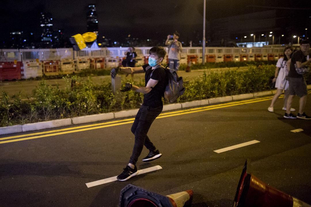 01:43,警察進行清場,示威者向其投擲物品。