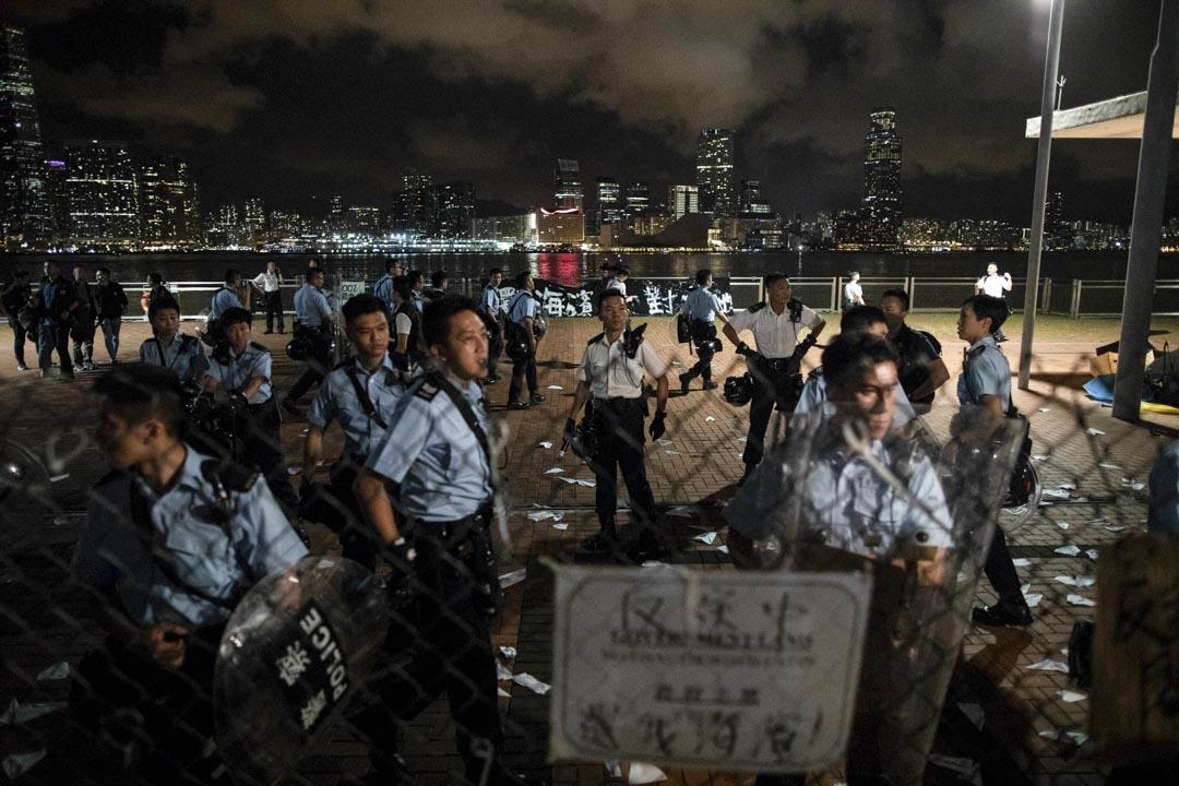 2019年6月28日,中環海濱一處將於29日凌晨起自動劃為駐港解放軍軍用碼頭,近千市民到場示威抗議,有人一度越過警方封鎖進入限制區域,與警察再爆衝突。