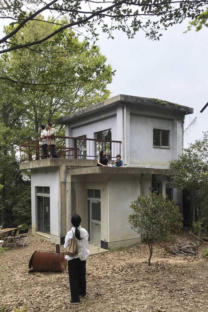 最初建築物及小森林看來非常陰森,金森正起花了數年時間,將之整理成一個可親的地方。