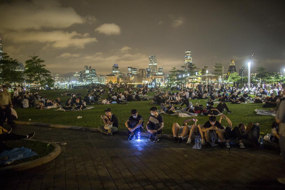 2019年6月12日凌晨約三時,反對《逃犯條例》修訂的數百名年輕人在金鐘添馬公園聚集。 攝:林振東/端傳媒