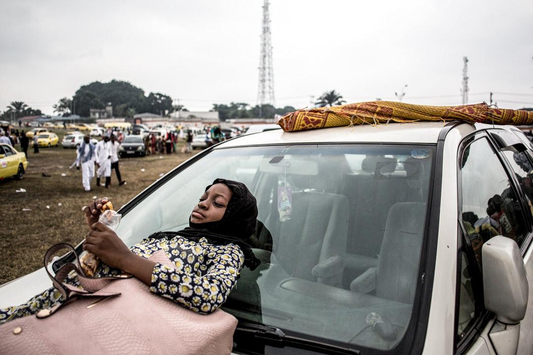 2019年6月4日,剛果烈士體育場外,集體祈禱後,年輕的穆斯林女人在汽車旁等待慶祝開齋節。