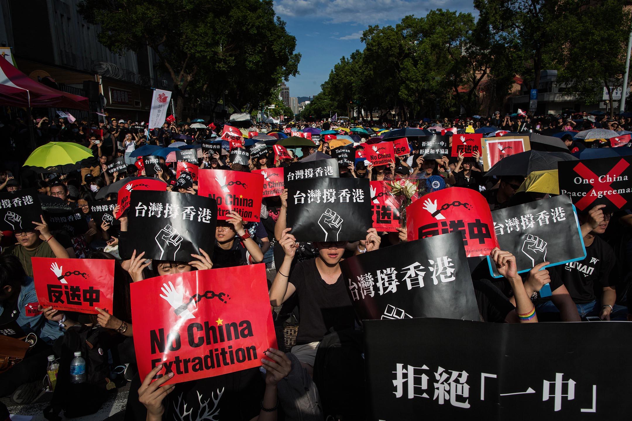 在台香港學生及畢業生逃犯條例關注組、台灣公民陣線與台灣青年民主協會等團體,共同於立法院群賢樓外舉辦「撐香港,反送中」集會。 攝:陳焯煇/端傳媒