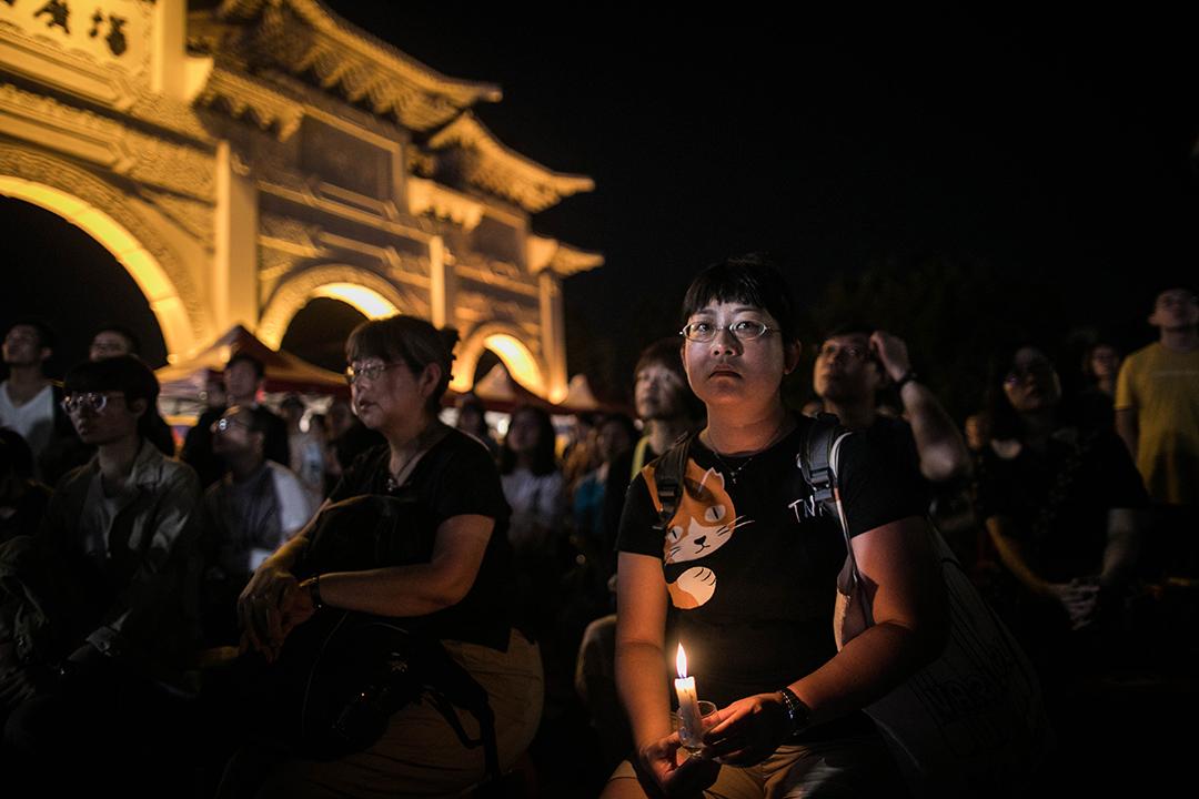 2019年6月4日,台北自由廣場舉行六四三十周年悼念晚會,一名市民點燃一根蠟燭。