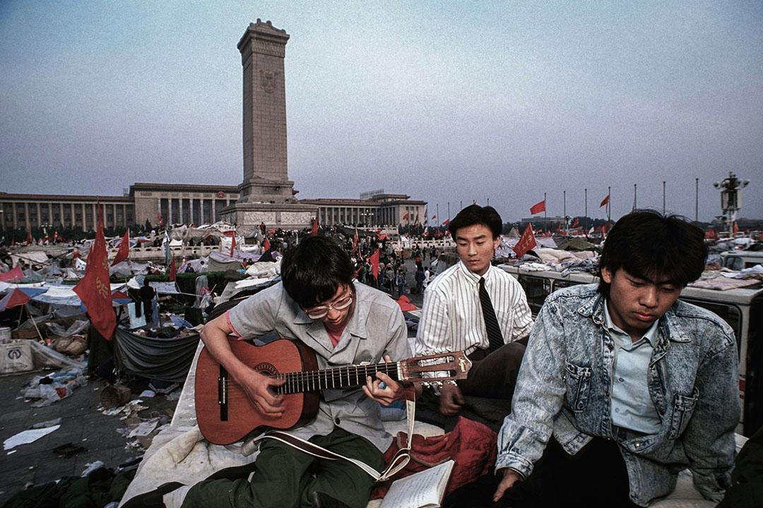 1989年6月1日,示威者在天安門廣場彈吉他。